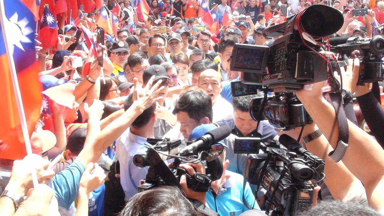 國民黨總統參選人韓國瑜今天上午到北區明德宮天聖堂,現場聚集超過百人高喊「總統好」...