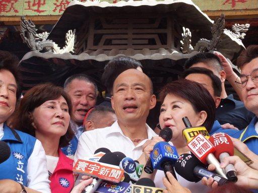 韓國瑜今天到台中狂掃拜21處宮廟,在北屯紫微宮與盧秀燕合體,這也是國民黨總統初選...