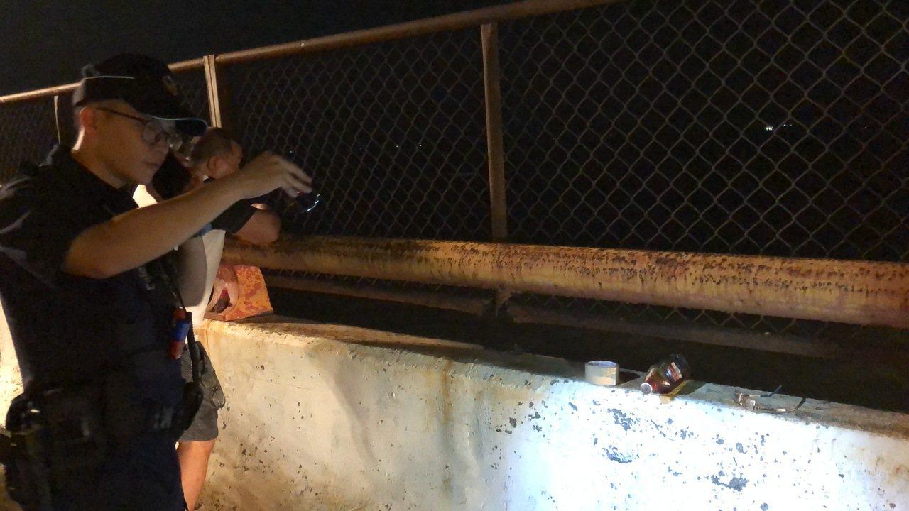 高雄警方在二仁溪上發現疑似死者所遺留的眼鏡、拖鞋等物。記者邵心杰/攝影