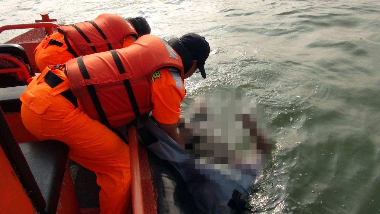 海巡人員為避免損害大體,小心翼翼費時30分鐘將大體撈至艇上。記者邵心杰/翻攝