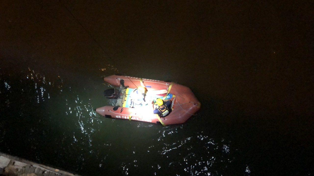 高雄、台南兩地警消據報後徹夜趕往現場搜救,台南消防局調派救生艇及潛水人員下海搜救...