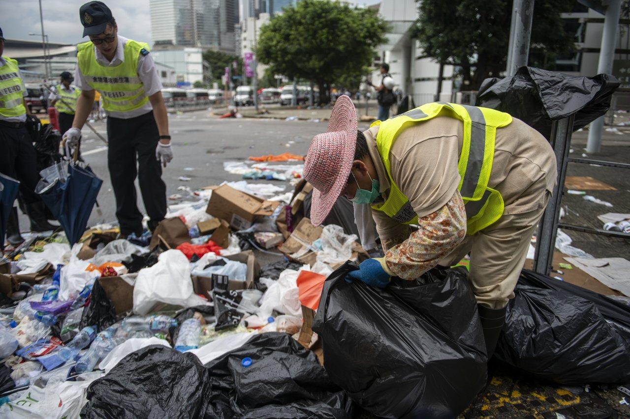 香港約1萬1900名的清潔工因為缺乏完善的保護裝備,在抗議活動後清理街道時被迫吸...