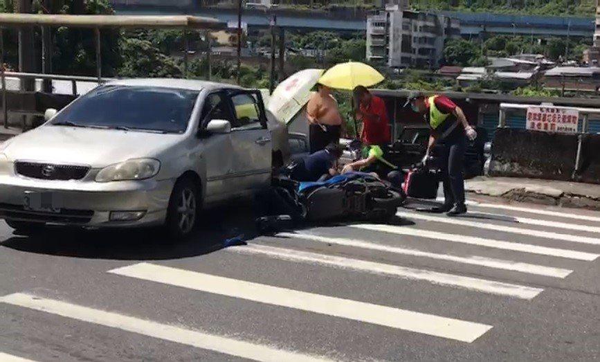 基隆市過港路昨天發生一起自小客與機車的車禍,機車騎士倒地不起,當時太陽很大,熱心...