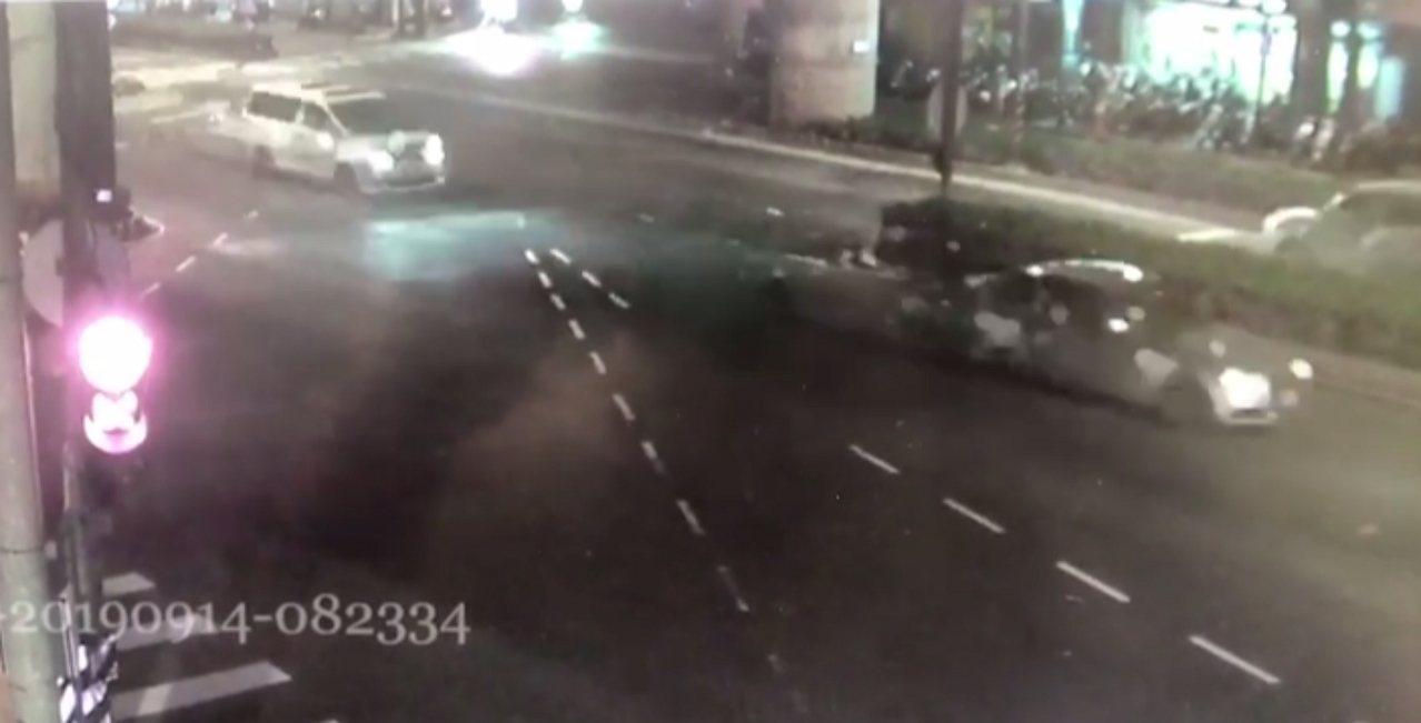 新北市今天凌晨發生街頭飛車追逐的驚險場面,據了解,兩方人馬疑似男女感情糾紛相約談...