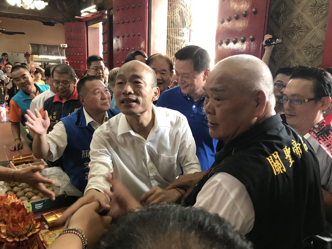 國民黨總統參選人韓國瑜參拜南區醒修宮,700多名韓粉熱情歡迎。記者林佩均/攝影