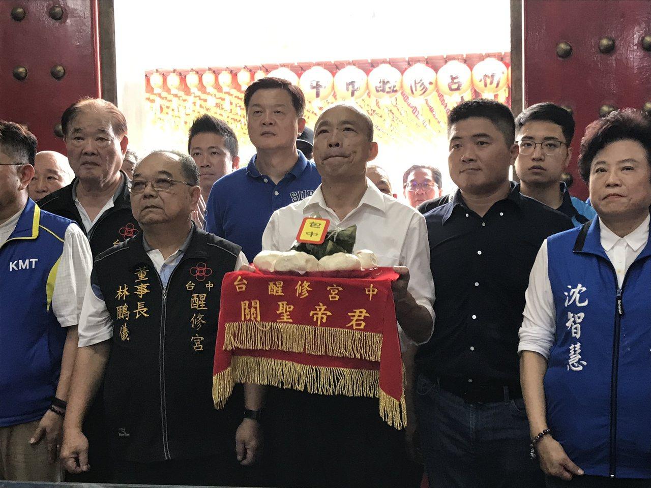 國民黨總統參選人韓國瑜參拜南區醒修宮,廟方準備代表「包中」的包子與粽子。記者林佩...