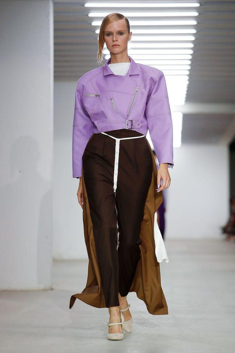 Marta Jakubowski 著重解構、多層次的服裝以紫色、米褐色為主要表現...