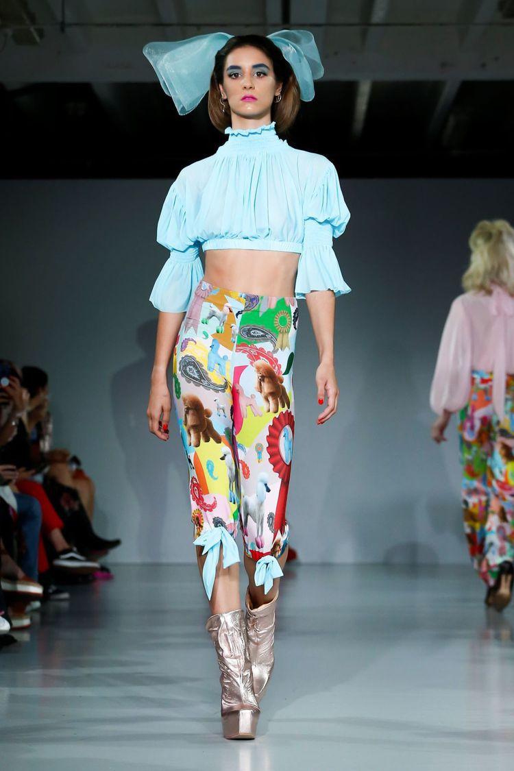 Pam Hogg在2020春夏仍以以品牌經典緊身褲做發揮。圖/取自nowfash...