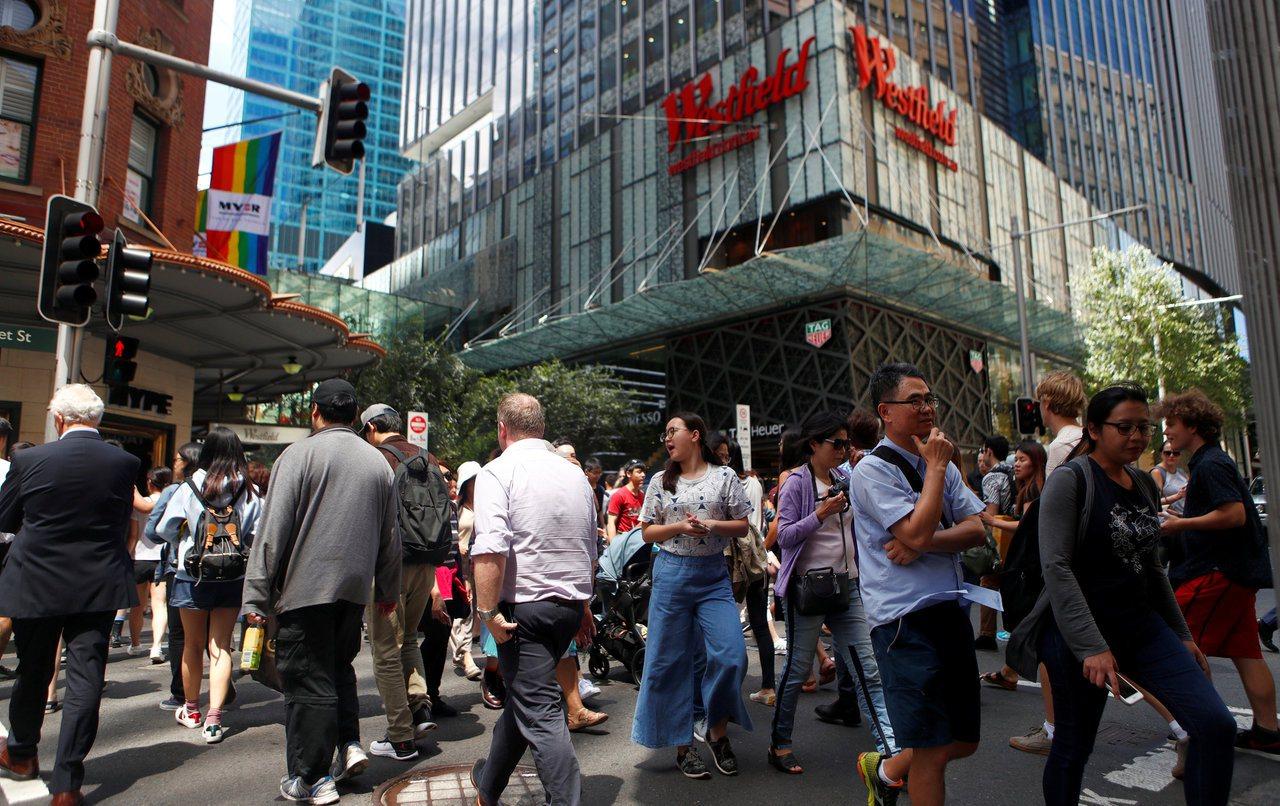 香港人最近對澳洲置產興趣大增,圖為雪梨中央商業區人潮。路透