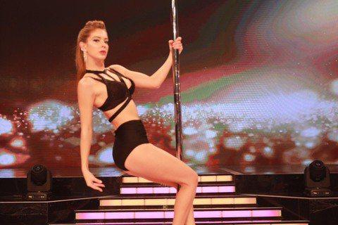 張家瑋、賴慧如、安妮、劉薰愛參加民視「舞力全開」單元賽「性感鋼管爭霸賽」,她們挑戰從未接觸過的鋼管舞,艱辛的學習過程,讓她們遍體麟傷,但她們不喊累,認真帶來火辣精湛的專業演出。因為鋼管舞需要運用身體...