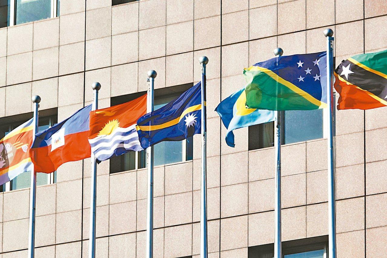 索羅門群島與我國邦交出現警訊,圖為使館區外的索羅門群島國旗(右二)。本報...