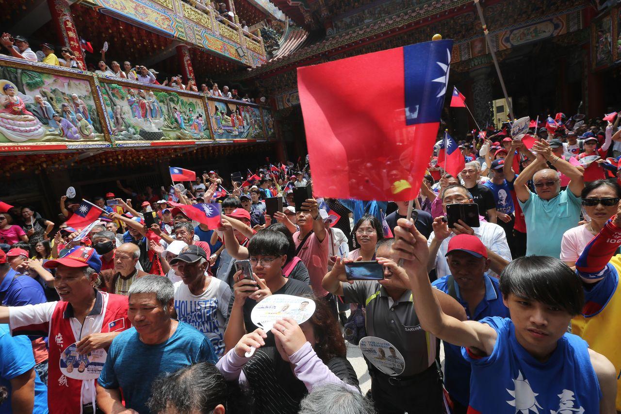 韓國瑜今天中午參拜台中大里福興宮,吸引大批韓粉相挺。記者黃仲裕/攝影