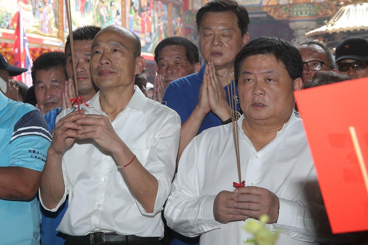 韓國瑜(前排左)今天中午參拜台中大里福興宮,顏清標(前排左)、顏寬恒父子檔與韓國...