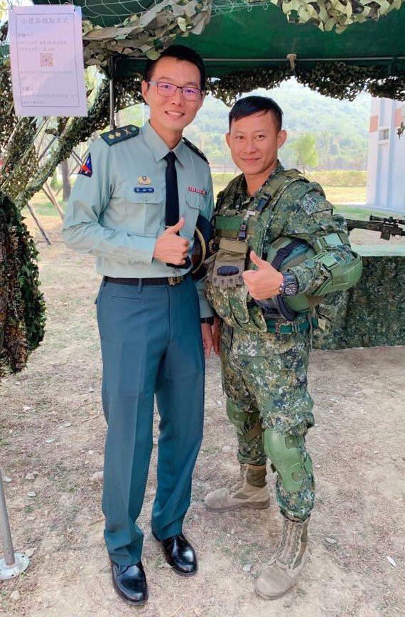 陸軍八軍團裝甲564旅中士趙廷(右)幫忙女車主換胎,暖男舉動引來網路超過3萬按讚...
