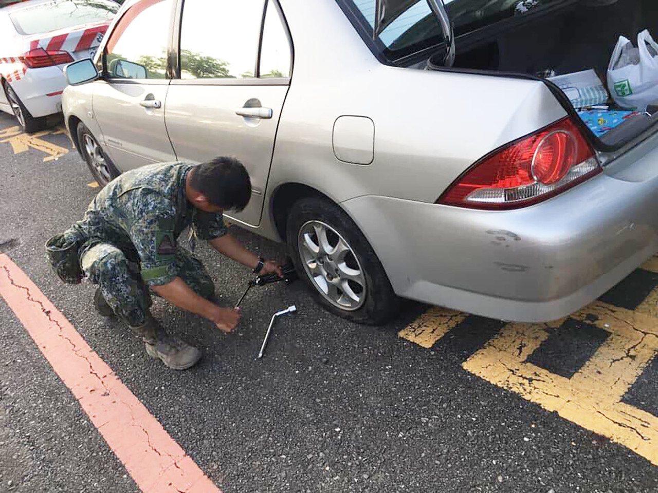 陸軍八軍團裝甲564旅中士趙廷幫忙女車主換胎,暖男舉動引來網路超過3萬按讚。圖/...