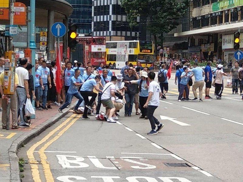 香港北角街頭衝突,至少有兩名男子遇襲。圖/取自星島日報網站