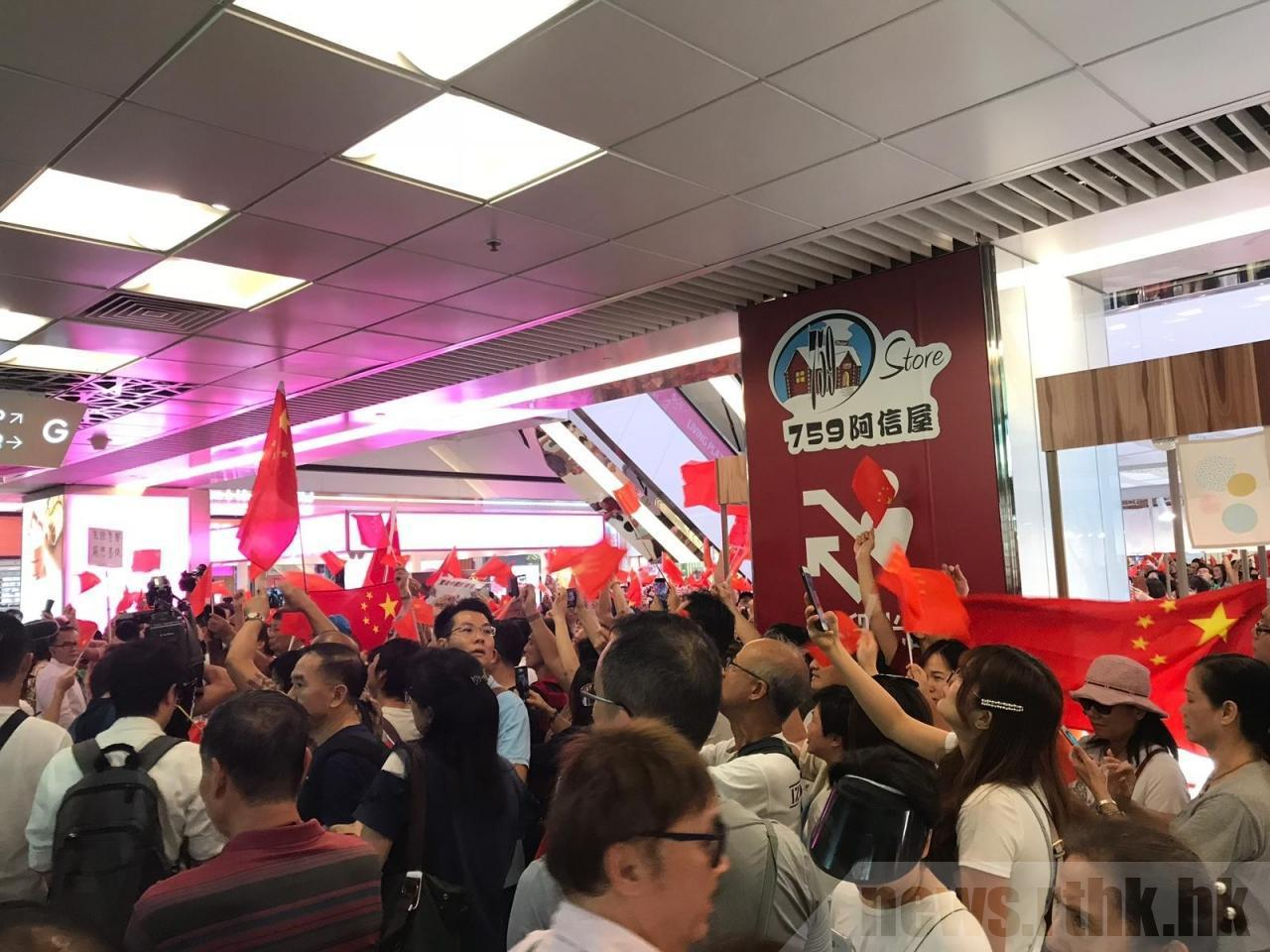 大批香港民眾占據淘大商場多個樓層,高唱大陸國歌及呼喊口號。圖:取自香港電台網站