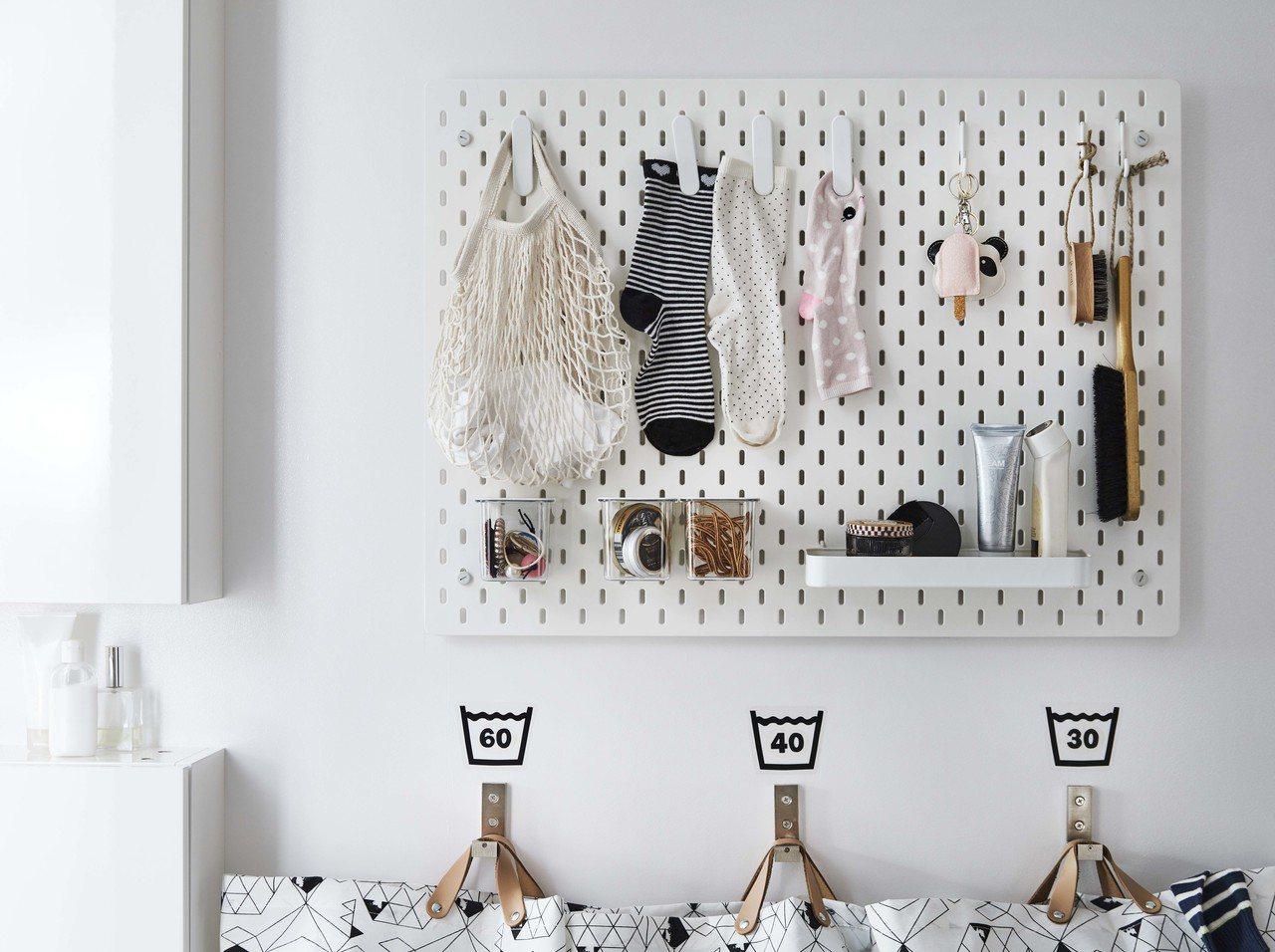 IKEA SKADIS收納壁板可安裝在木工台旁或浴室、玄關、辦公室、書桌等牆面,...