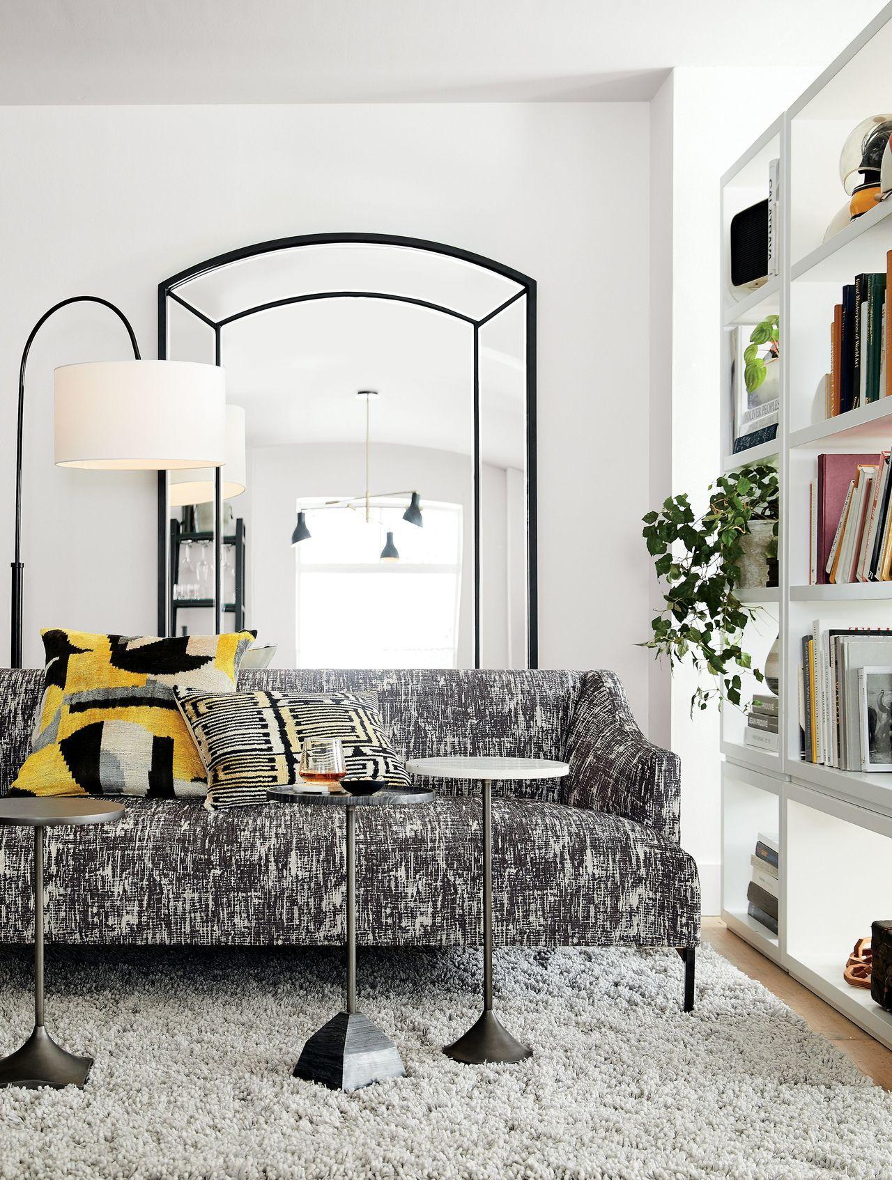 侷限空間在家具選購上,可運用邊桌取代茶几咖啡桌。圖/Crate and Barr...