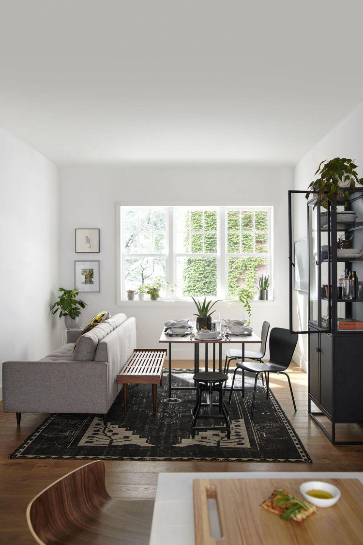 侷限的空間坪數應用,利用可延伸的餐桌,規畫出一個娛樂、餐飲、工作皆能使用的共同空...
