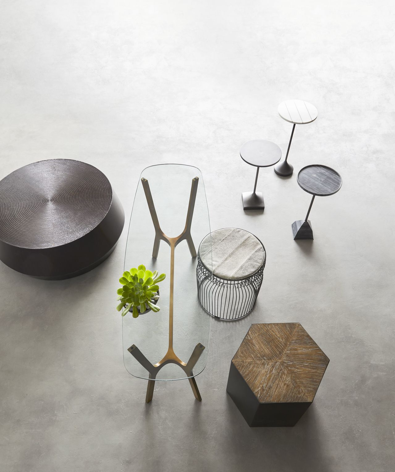 穿透性佳的玻璃桌面或金屬線材的桌、椅腳,可有效增加地板可視面積。圖/Crate ...