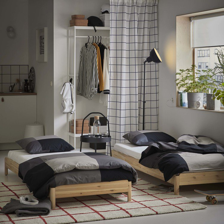 松木製的IKEA UTÅKER疊床可變化成雙人床、轉角沙發,不需使用時也能堆疊成...