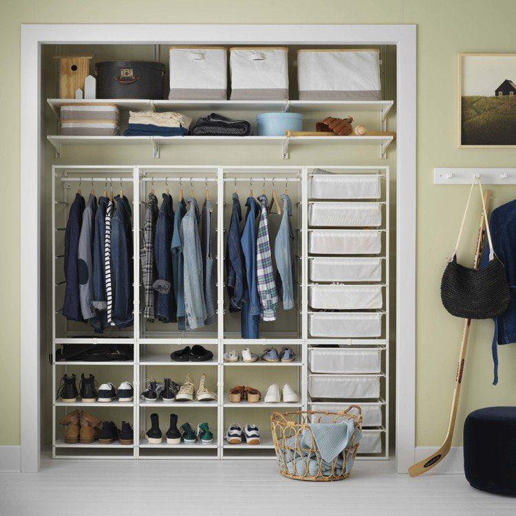 IKEA JONAXEL系統儲物組合包含網籃、層架、掛衣桿等各式配件,將牆面變成...