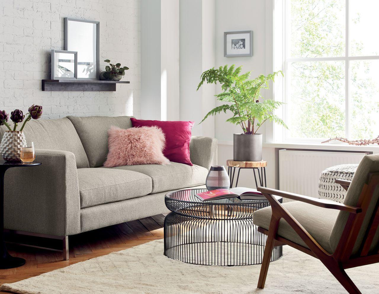 侷限空間在家具採購上,可選擇穿透性佳的玻璃桌面或金屬線材的桌、椅腳,增加地板可視...
