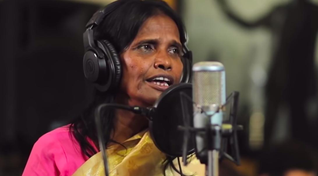 50多歲的拉娜.夢達爾(Ranu Mondal)原先在火車站賣藝乞討,最近卻紅到...