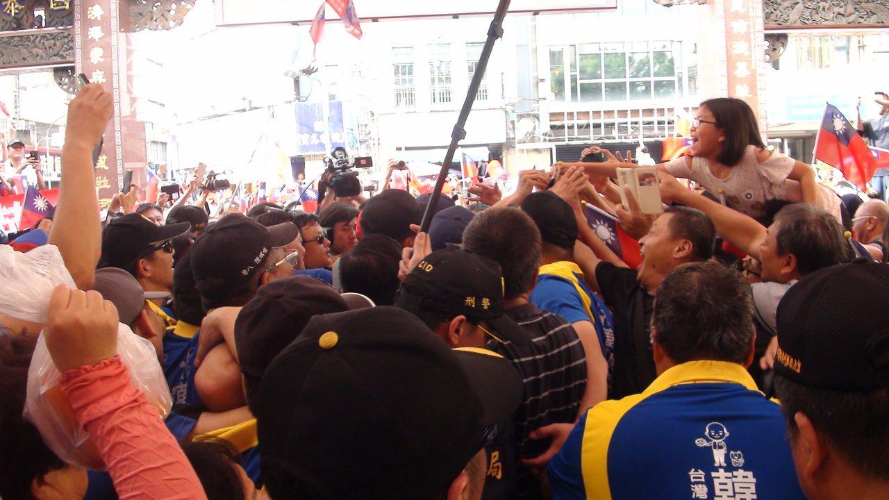 國民黨總統參選人韓國瑜今天下午到豐原慈濟宮參拜,現場擠滿人潮。記者余采瀅/攝影