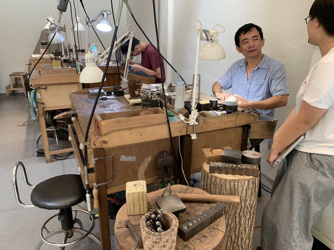「合習聚落」裡的「青草職能學院」,請來金工師、木雕師、咖啡師等幫高關懷國中生上課...