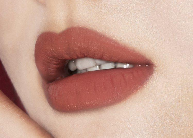 1028唇迷心竅好色唇釉擁有輕盈雪紡水潤質地,打造柔緞霧感唇。圖/1028提供