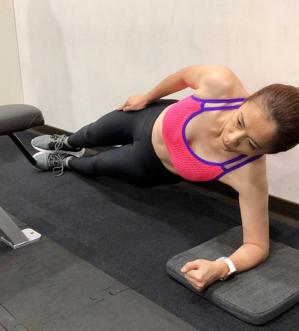 柯以柔側身時,隱約已可以看到腹肌。圖/柯以柔提供