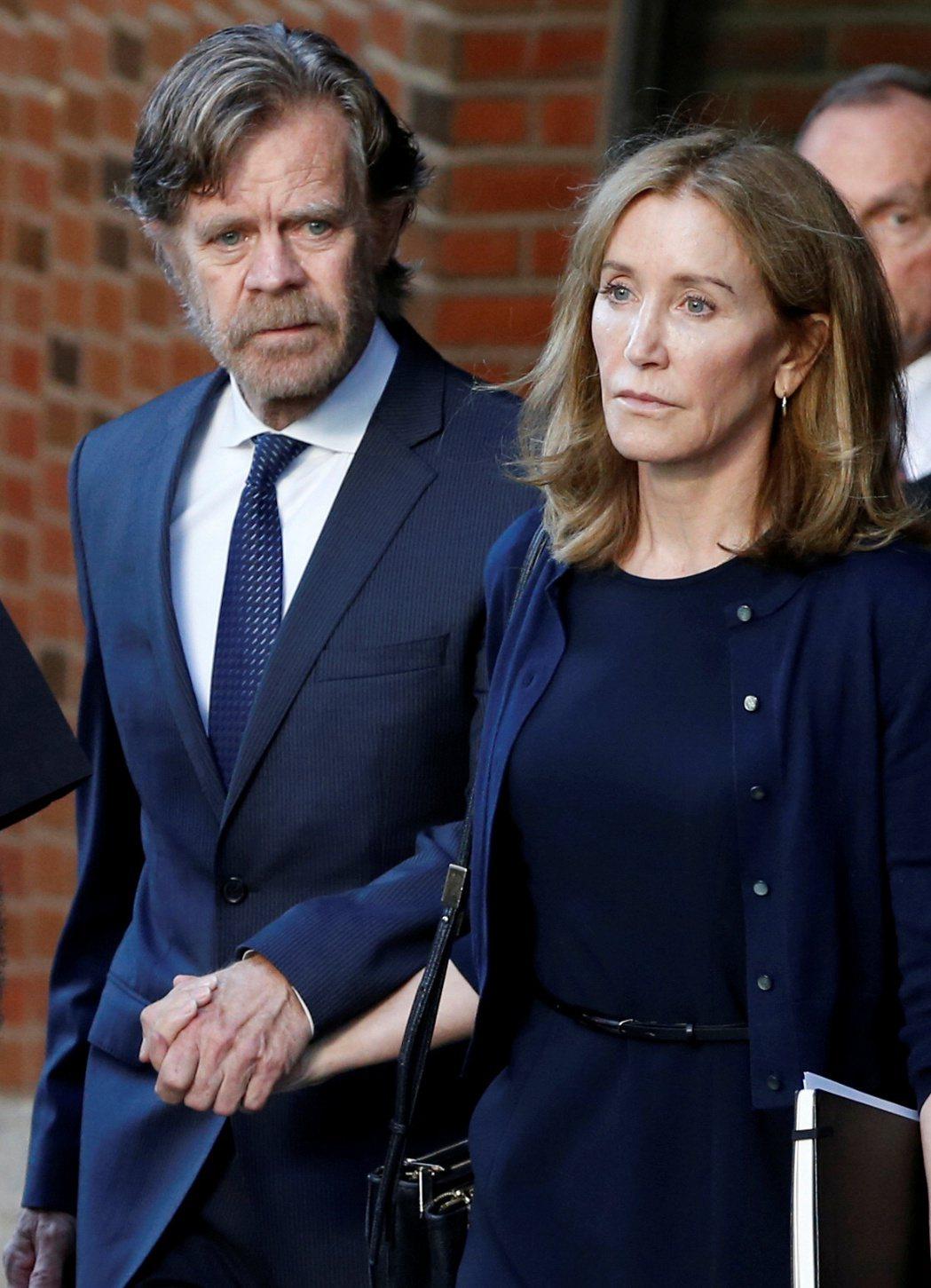 「侏羅紀公園3」威廉梅西陪同妻子費莉西緹霍夫曼出庭。(路透)