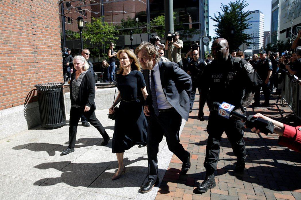 威廉梅西與費莉西緹霍夫曼在法院外受到媒體追問案情。(路透)