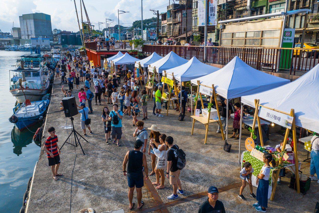 基隆色彩屋海鲜烤肉趴,林右昌與市民感受港味派對。圖/基隆市政府提供