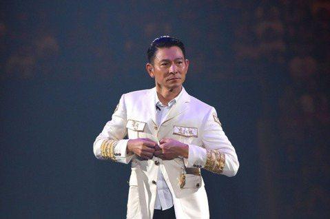 天王「華仔」劉德華昨晚時逢中秋節,於吉隆坡舉辦「MY LOVE 」巡演,這也是他暌違14年再度踏上馬來西亞開唱,台上撩粉:「雖然我已不是小鮮肉,但自己都算是一個靚仔。」粉絲台下狂喊他「靚仔!靚仔!」...