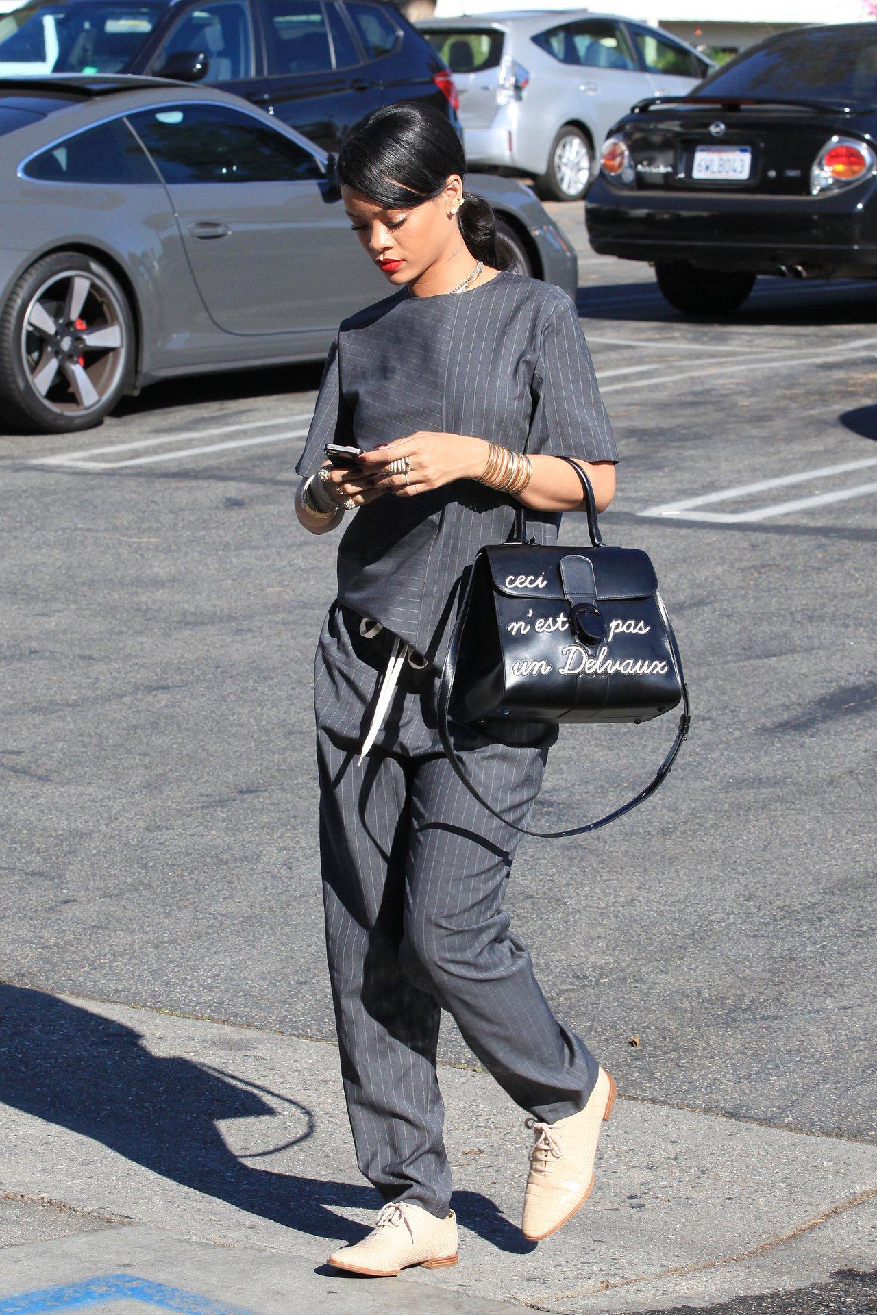 蕾哈娜演繹Brillant系列LHumour中型肩背手提包。圖/DELVAUX提...