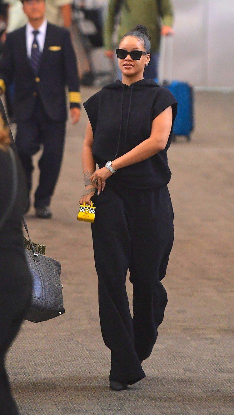 蕾哈娜選用紐約限定Les Miniatures系列Taxi Driver款式,現...