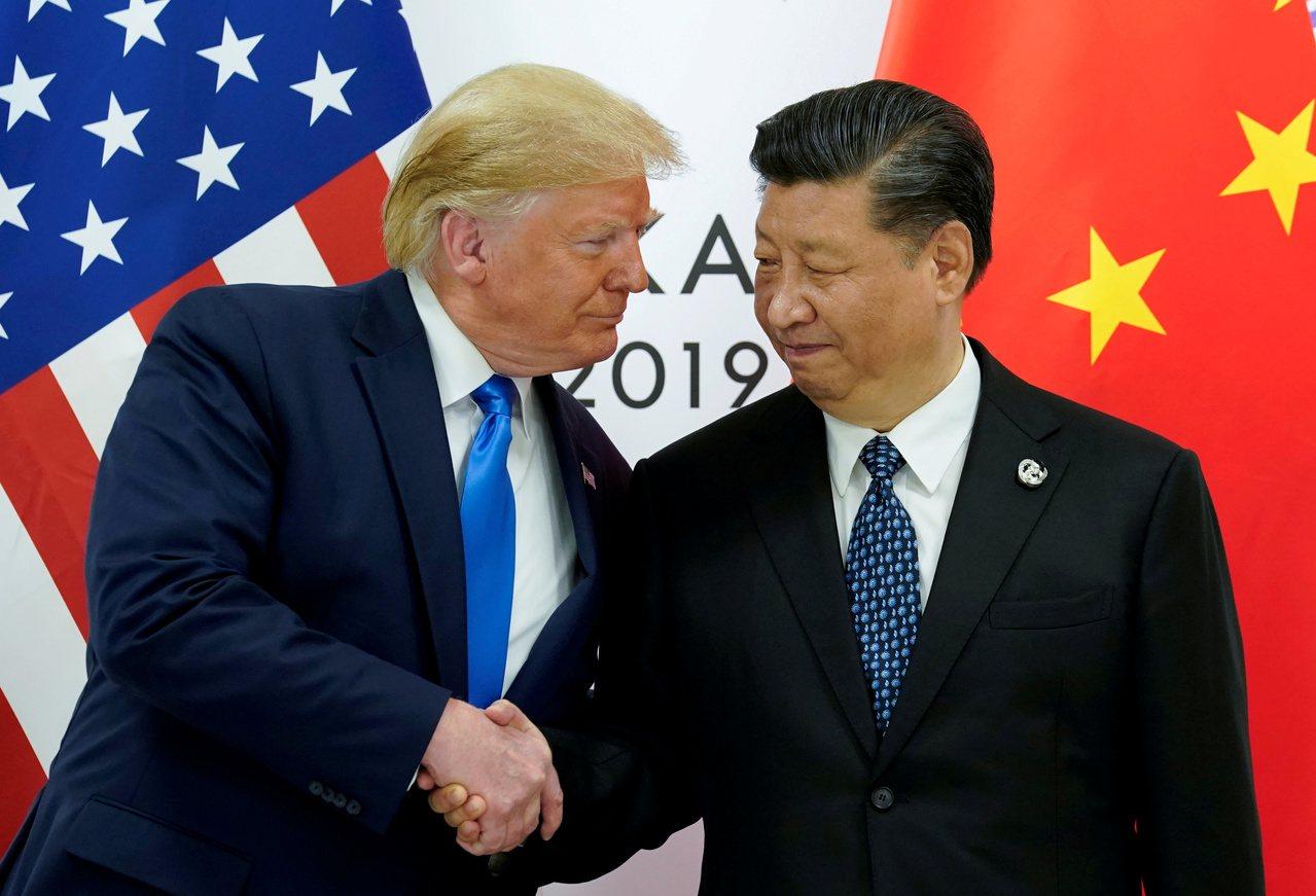 美國總統川普(左)12日表示,希望與中國大陸達成全面協議,但也會考慮臨時協議。右...
