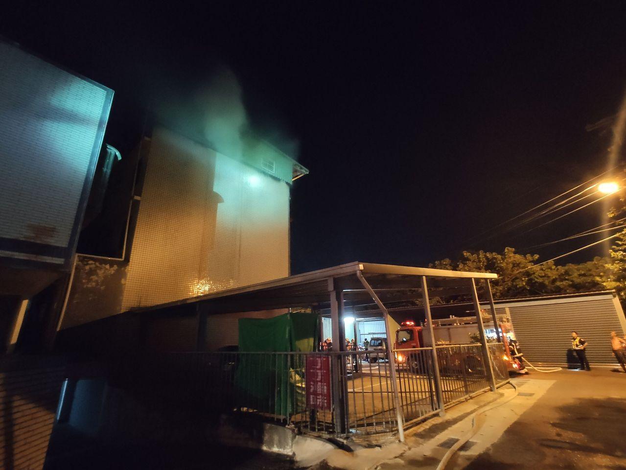 民宅晚間穿出火勢,消防在4樓救出1男1女,均喉嚨痛送醫。圖/讀者提供