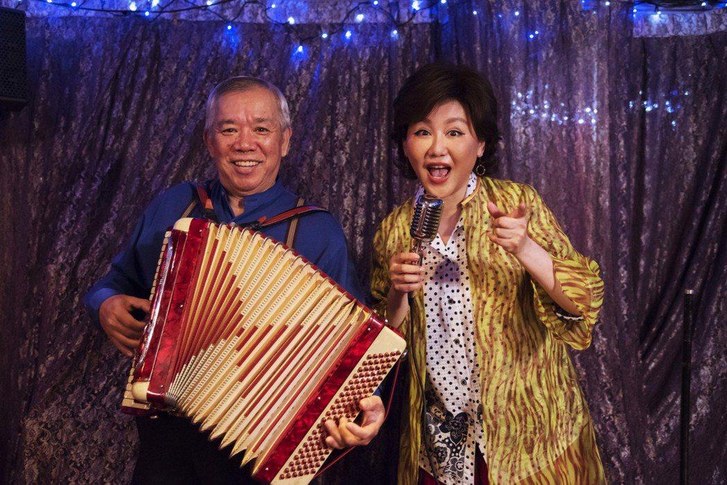 藍心湄(右)在戲中演唱台語歌「飲淡薄」,竟NG高達50次以上,打破自己的紀錄。圖...