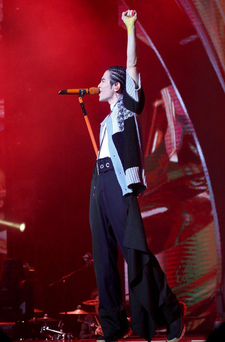 蕭敬騰詮釋JW Anderson 2020春夏男裝的針織衫與不規則長褲。圖/華納...