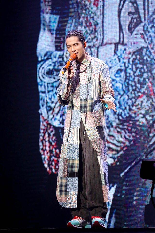 蕭敬騰演繹LOEWE拼接長版襯衫。圖/華納音樂提供
