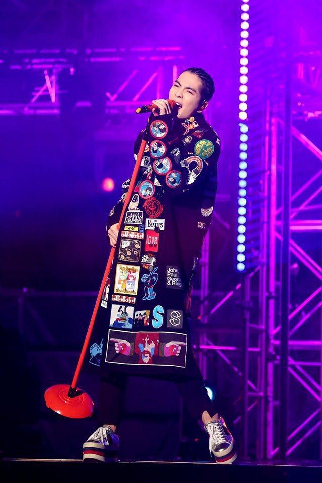 蕭敬騰在香港演唱會中身穿Stella McCartney的長大衣。圖/華納音樂提...