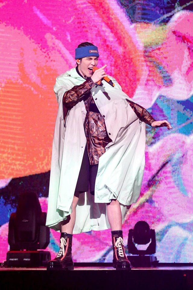 蕭敬騰以Bally的綠灰色斗篷帶來小飛俠般的穿搭趣味。圖/華納音樂提供