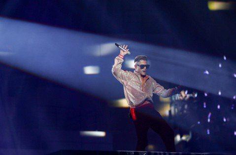 「天王」郭富城今晚於台北小巨蛋舉辦「舞林密碼」世界巡演第二場,他特別為台灣場設計限定曲目,包括「說聲我愛你」、「夢難留」與「心現在還在跳」,與應景中秋佳節的「月亮代表我的心」,他感性表示:「這些歌都...