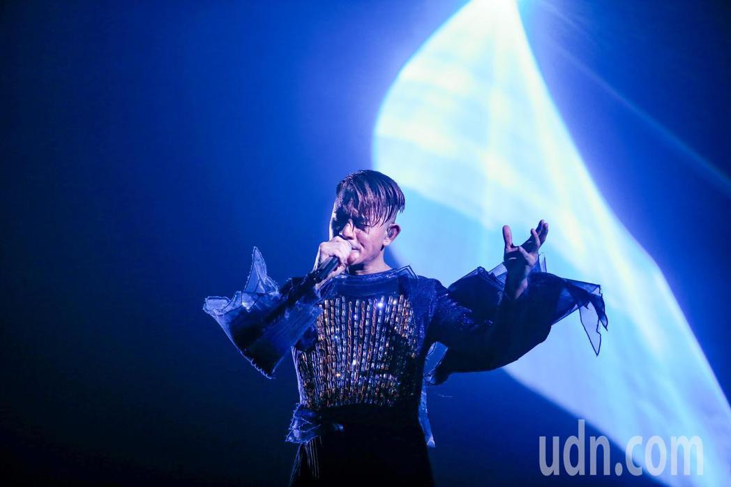郭富城台北小巨蛋開唱,在智能舞台上展現舞蹈魅力,同時也坦言想要有更多時間在台灣唱...