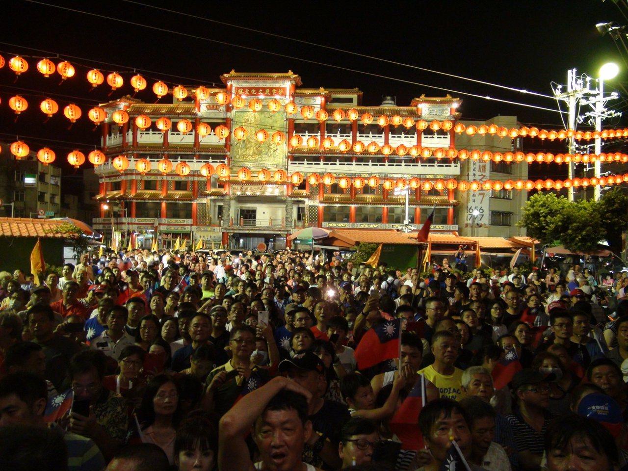 國民黨總統參選人韓國瑜今晚到清水紫雲巖參拜,廟埕擠滿人潮。記者余采瀅/攝影