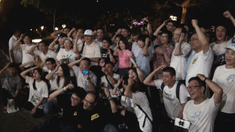 台北市長柯文哲夫婦(站著第一排右五、右六)今晚參加南台灣柯粉在高雄市舉辦的中秋聯誼烤肉。記者楊濡嘉/攝影